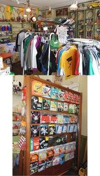 テニス用品と雑貨が混然一体 となった店内。オリジナルT シャツも販売中(上)。店はカジュアルでもストリン グ選びはしっかりできる(下)