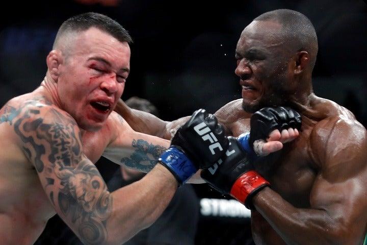 鋭く、素早いパンチを相手の顔面に浴びせたウスマン(右)。その強烈な一撃にはファンも驚きを隠せない。 (C) Getty Images