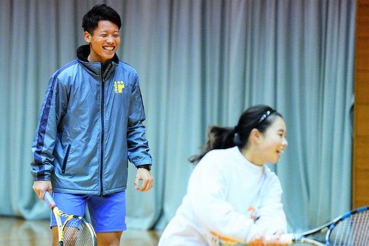 石川県津幡町で開催された「地域活性化プロジェクト」で、参加者にアドバイスをする斉藤貴史。写真:山崎賢人(THE DIGEST写真部)