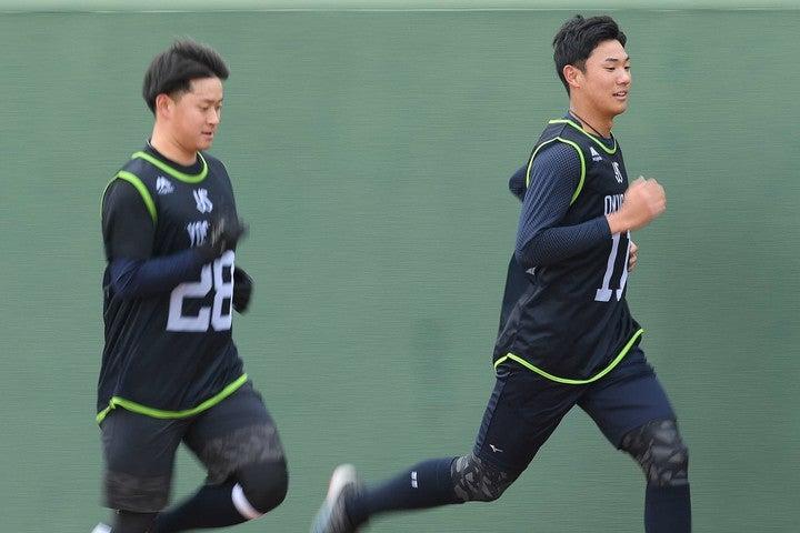 吉田(左)は1軍、奥川(右)は2軍でキャンプをスタートさせる。写真:日刊スポーツ/朝日新聞社