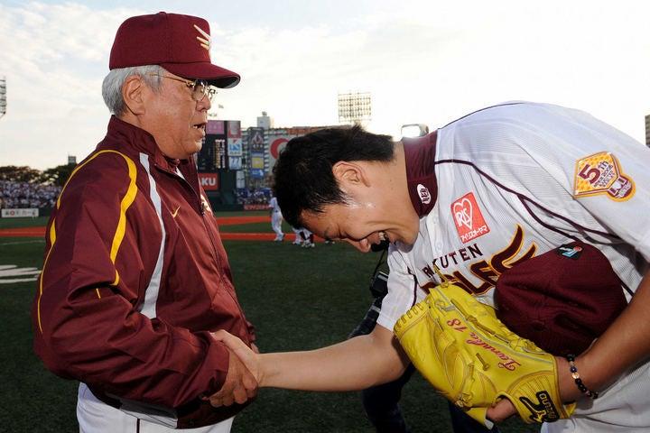 2009年、CSでのソフトバンク戦で完投勝利を収めた田中は、野村監督に深々と頭を下げた。写真:日刊スポーツ/朝日新聞社