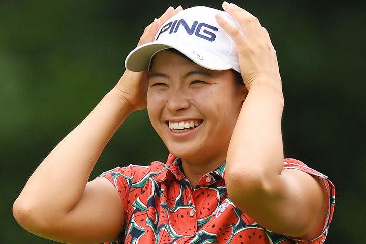 プロゴルファー青木瀬令奈とそのコーチを務める大西翔太さん、自身のコーチである青木翔さんとラウンドした渋野。(C)Getty Images