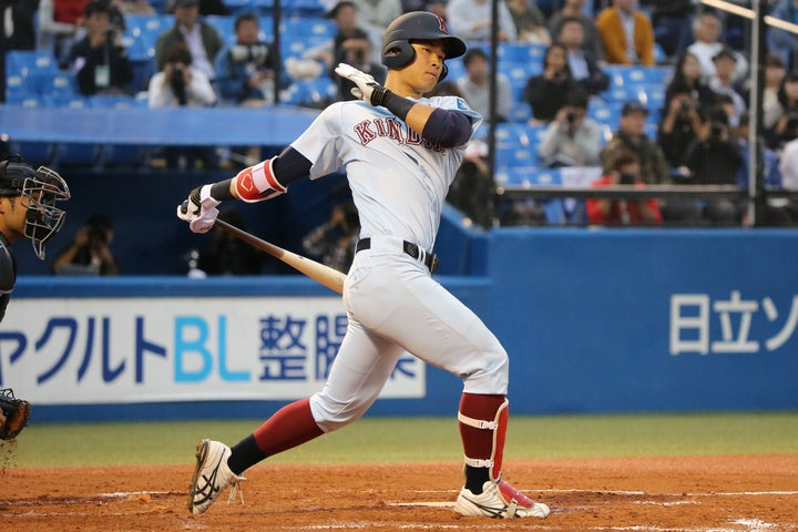 佐藤はとにかく豪快なフルスウィングが持ち味。50m6秒を切る俊足も魅力だ(写真)大友良行