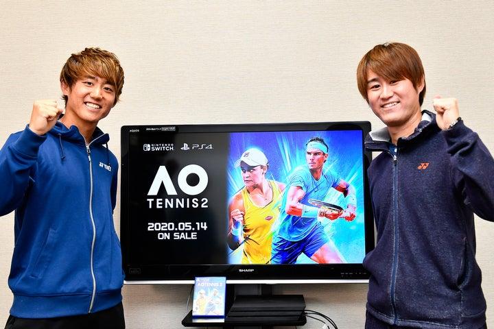 新発売のゲームソフト『AOテニス2』を西岡良仁(左)&靖雄(右)が体験した。写真:金子拓弥(THE DIGEST写真部)