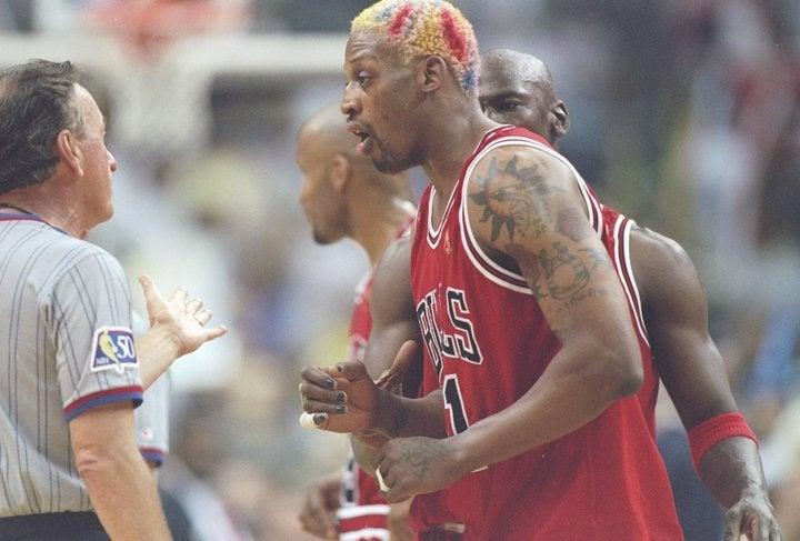 様々な問題行動で話題を振りまいたロッドマンだったが、ことリバウンド、守備に関しては超一流。ブルズの後期3連覇に大きく貢献した。(C)Getty Images