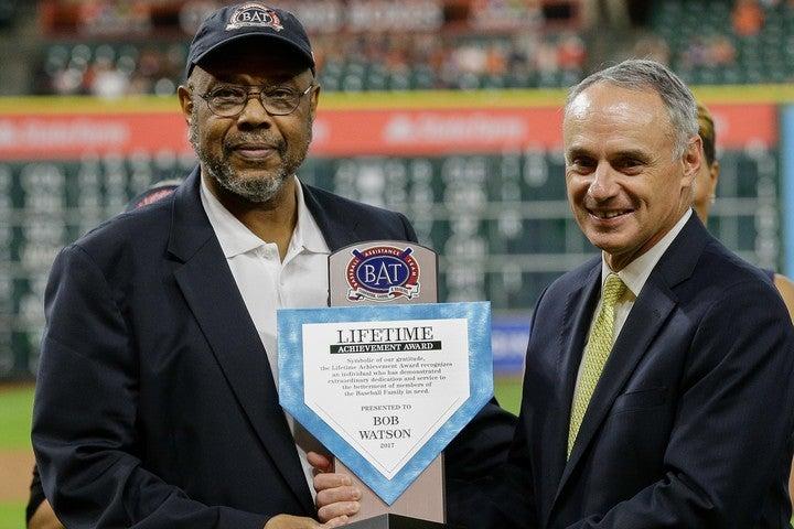 長年にわたって球界に貢献したワトソン(左)。17年にはコミッショナーから表彰された。(C)Getty Images