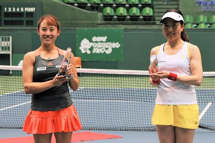 女子優勝の加藤未唯(左)と準優勝の今西美晴。ダブルスの巧者として知られる加藤だが、今回シングルスを制したことで結果以上の手応えをつかんだようだ。写真:内田暁