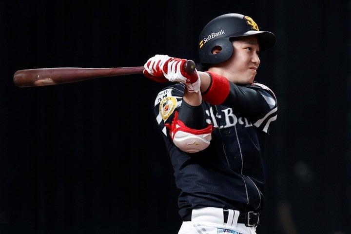 開幕戦のサヨナラヒットを皮切りに、栗原はチームトップの打率.317ととにかく打ちまくっている。写真:田口有史