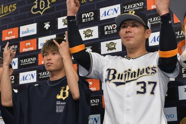 エースの山岡(左)と正捕手の若月(右)は同い年だが、彼ら以外にめぼしい同世代の選手はいない。写真:産経新聞社