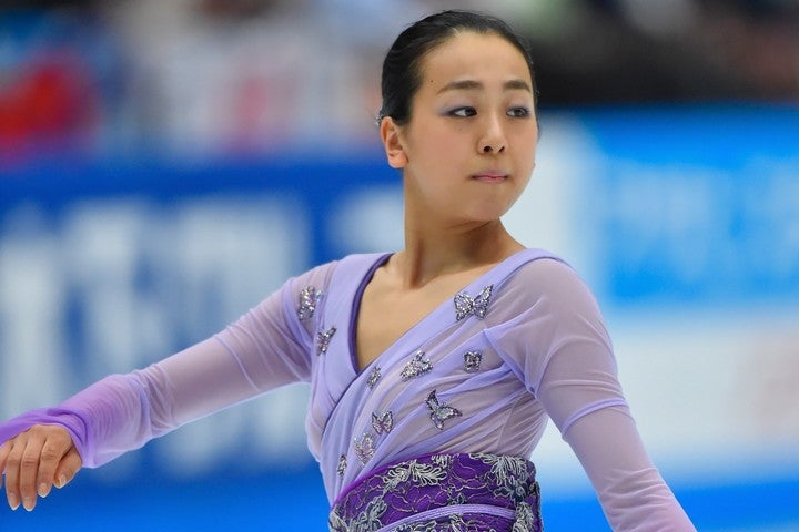 浅田さんは、お馴染みのパープルのドレス姿を披露し注目を集めている。(C)Getty Images