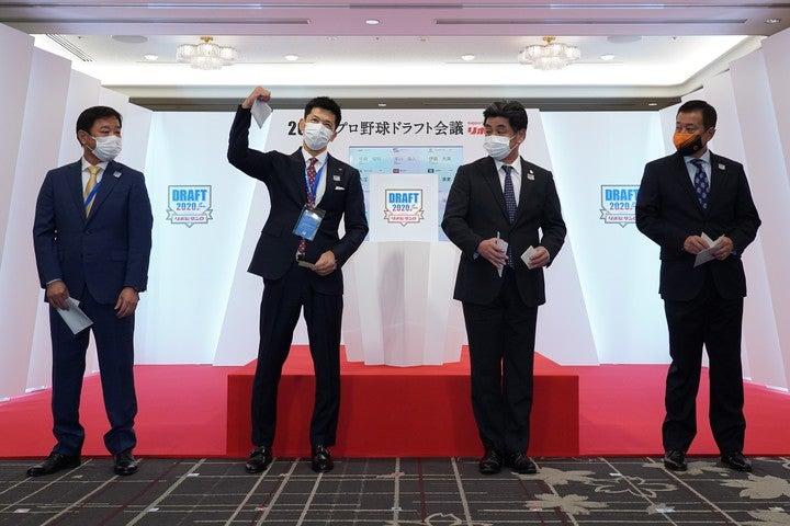 4球団競合の佐藤(近畿大)は阪神が当たりクジを引いた。一方、巨人は外してしまったが……?©NPB/BBM2020