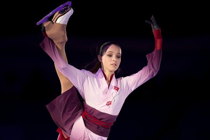 着物風の衣装で演技するシェルバコワ。日本からの手作りギフトに喜んでいる様子だ。(C)Getty Image