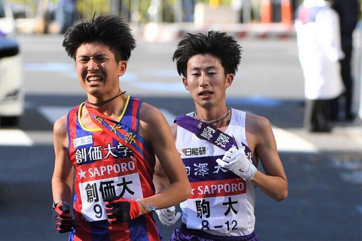 10区ラスト2キロ付近で、先頭を走る創価大に駒澤大が追いつく。写真:JMPA