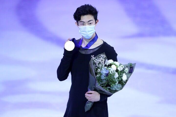 表彰式のチェン。新型コロナウイルス対策のため、メダルも自ら首に駆ける形式で行なわれた。(C)Getty Images