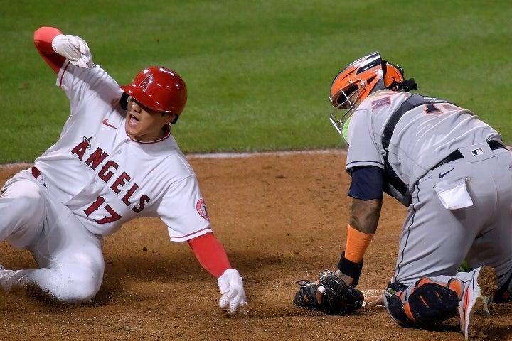 果敢な走塁でチームを勝利に導いた大谷。グリエルも意表を突かれたスピードに脚光が集まっている。 (C) Getty Images