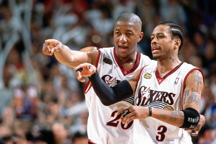 アイバーソン(右)とスノウ(左)は1998年からコンビを結成。絶妙な連携プレーで2001年にはシクサーズを18年ぶりのファイナルに導いた。(C)Getty Images