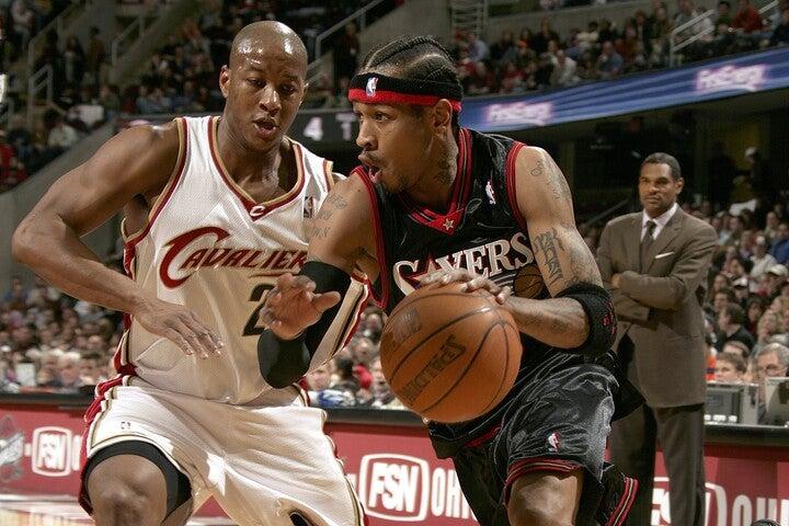 2004年にスノウがトレードでキャブズに移籍。相棒の退団後もアイバーソンは平均30点超えと奮闘したが、チーム成績は振るわなかった。(C)Getty Images