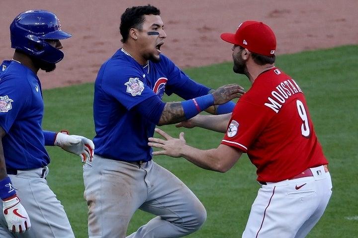 相手野手の制止を振り切ってギャレットのもとへ突進するバエズ。カブスの名手は一体なぜキレたのか?(C)Getty Images