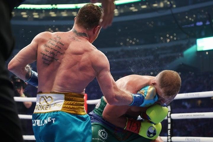 後手に回ったサンダース(右)を攻め立て、渾身の一撃を見舞ったアルバレス(左)が、激闘を振り返った。(C)Getty Images