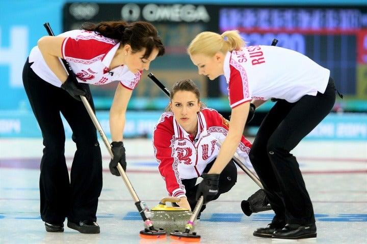 美貌と人気と実力を兼備するシドロワ(奥)。ロシア・カーリング界が誇る名スキップだ。(C)Getty Images