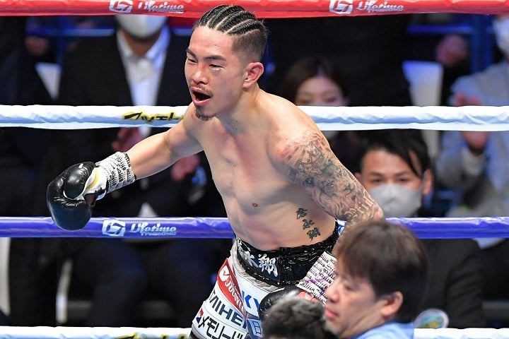 昨年末の大晦日に王座防衛に成功していた井岡だが、試合後に浮上した疑惑に大きく悩まされることになった。写真:産経新聞社