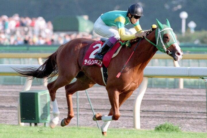 悲運の骨折に見舞われたサイレンススズカ。あのアクシデントがなければ、「史上最強・最速の中距離馬」になれたかもしれない。写真:産経新聞社