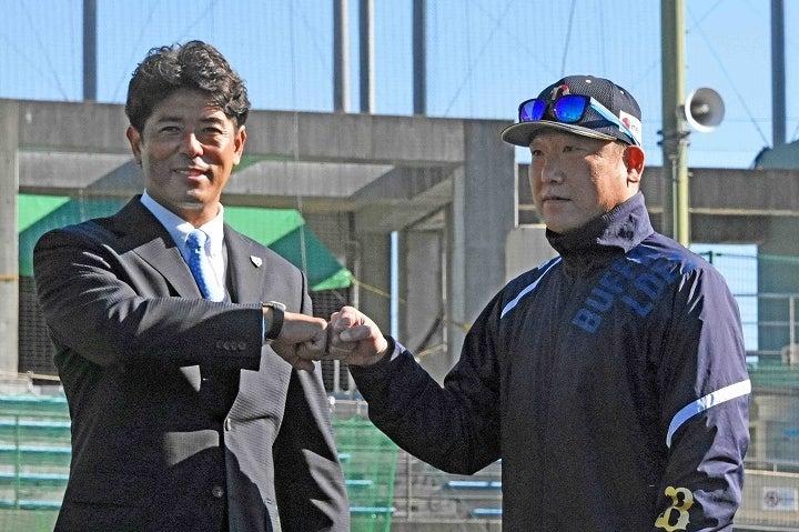 オリックスの宮崎キャンプを視察した際の、侍ジャパン・稲葉篤紀監督(左)と中嶋聡監督(右)。写真:北野正樹