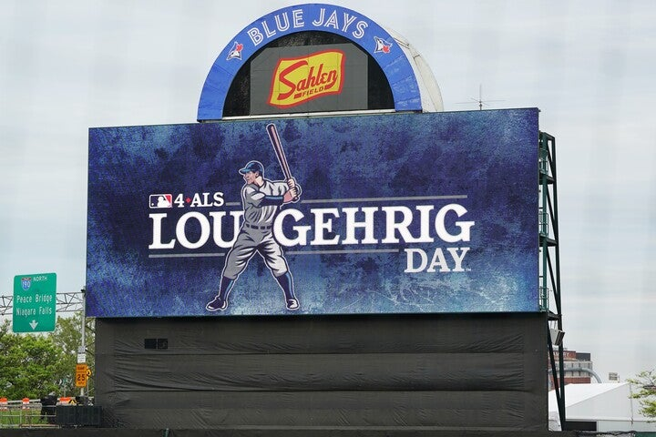 「ルー・ゲーリッグ・デー」のロゴが映し出されたブルージェイズの暫定本拠地セーレン・フィールド。「4-ALS」の文字も添えられている。(C)Getty Images
