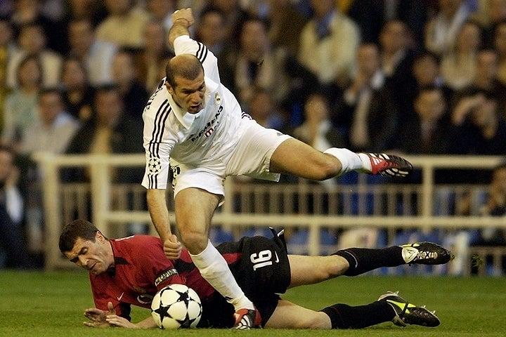 身体を張ったプレーでジダンに食い下がったキーンだが、ことごとくかわされてしまったようだ。(C)Getty Images