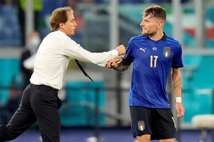イタリア代表を率いるマンチーニ監督(左)の評価は高まるばかりだ。(C)Getty Images