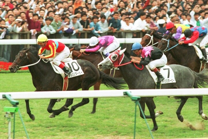 ウイニングチケット(10番)が、ビワハヤヒデ(7番)、ナリタタイシン(奥)との激闘を制した1993年のダービーは、今でも語り草だ。写真:産経新聞社