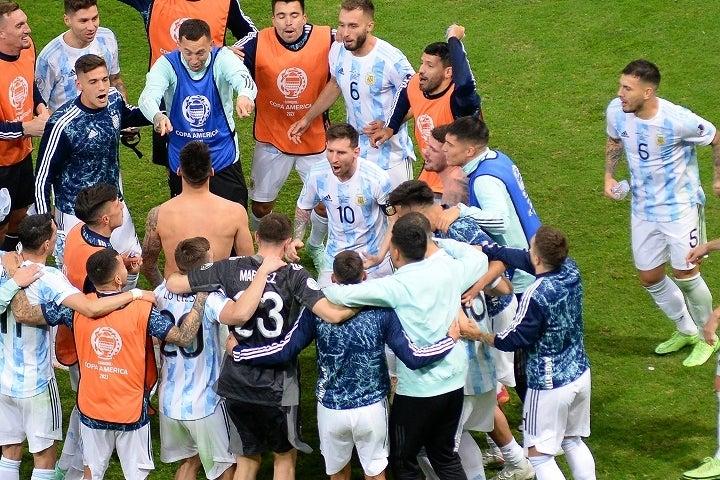 メッシ(10番)を中心に団結しているアルゼンチン。彼らは宿敵を相手についに悲願を成し遂げるのかもしれない。(C)Getty Images