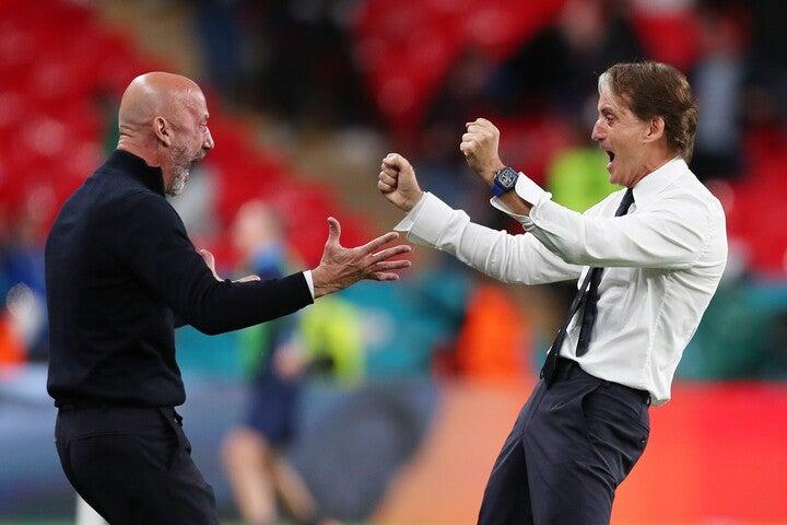 マンチーニ(右)とヴィアッリ(左)の歓喜のシーンは、イタリアを感動で包んだ。(C)Getty Images