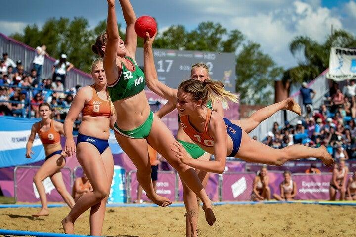 ビキニでプレーするビーチハンドボールの選手たち。(C)Getty Images