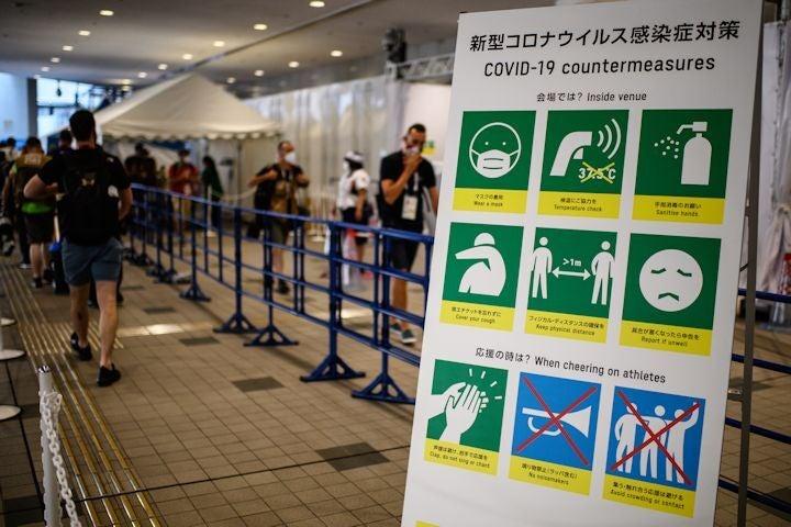 東京五輪のメディアセンターに置かれたコロナ対策を促す看板。記者には定期的なコロナ検査が義務付けられている。(C)Getty Images