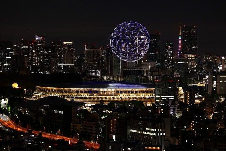 """大都市・東京のど真ん中に浮かび上がった""""光る地球""""。幻想的な光景だった。(C)Getty Images"""