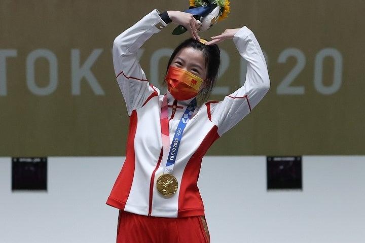 金メダルを手にし、キュートなポーズで喜びを露わにした楊倩。そのパフォーマンスは傑出していた。(C)Getty Images