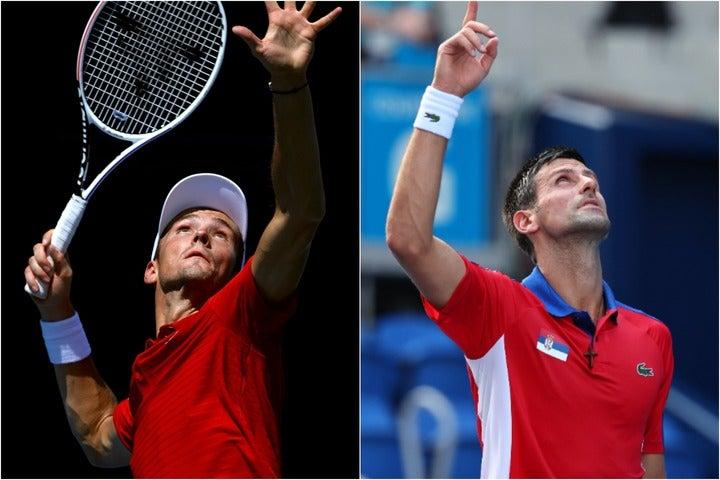 オリンピック初戦を突破したメドベージェフ(左)とジョコビッチ(右)だが、東京の真昼の暑さはだいぶ堪えたようだ。写真左:Getty Images、写真右:JMPA代表撮影