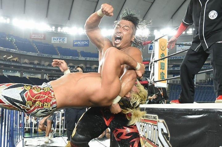 場外でも激闘を演じた鷹木と棚橋。この両雄の争いはドームを大いに沸かせた。(C)新日本プロレス