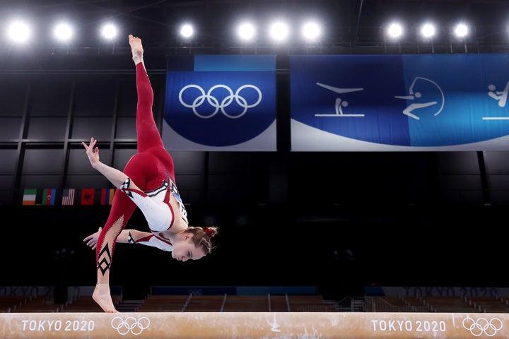 """平均台を演技するドイツ代表。足首まで覆った""""ボディースーツ""""を着用している。(C)Getty Images"""