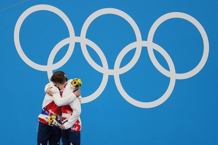 """悲願の金メダルを獲得して""""相棒""""のマット・リーと抱擁するトム・デイリー。(C)Getty Images"""