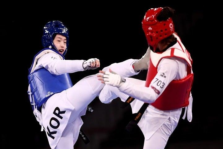 テコンドー女子67キロ超級決勝に臨んだイ・ダビン(左)。韓国国民の期待を背負って戦ったが、惜しくも準優勝に終わった。(C)Getty Images