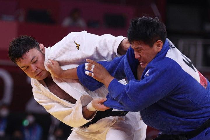 日本にシドニー五輪以来となる男子100キロ級の金メダルをもたらしたウルフ(左)と対戦相手のチョ(右)。(C)Getty Imaes