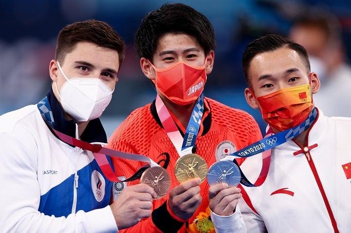 金メダルを手にした橋本(中央)へ相次いだ誹謗中傷。そんな日本の俊英を肖若騰(右)が擁護した。(C)Getty Images