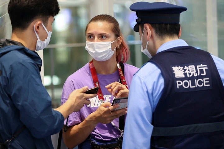 空港で事情を説明するツィマノウスカヤ。ベラルーシ国内では一大騒動に発展している。(C)REUTERS/AFLO