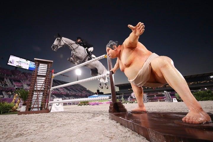 10番障害の横で異彩を放つ力士像。かなりのインパクトだ。(C)Getty Images