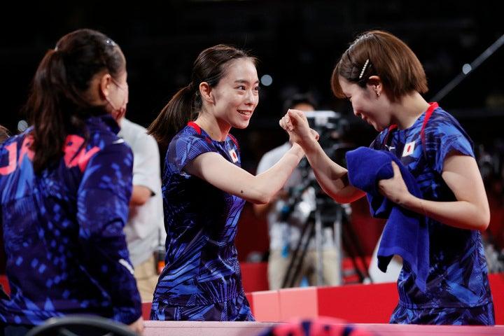 銀メダルを獲得した日本チーム。試合後は目に涙を浮かべていた。(C)Getty Images
