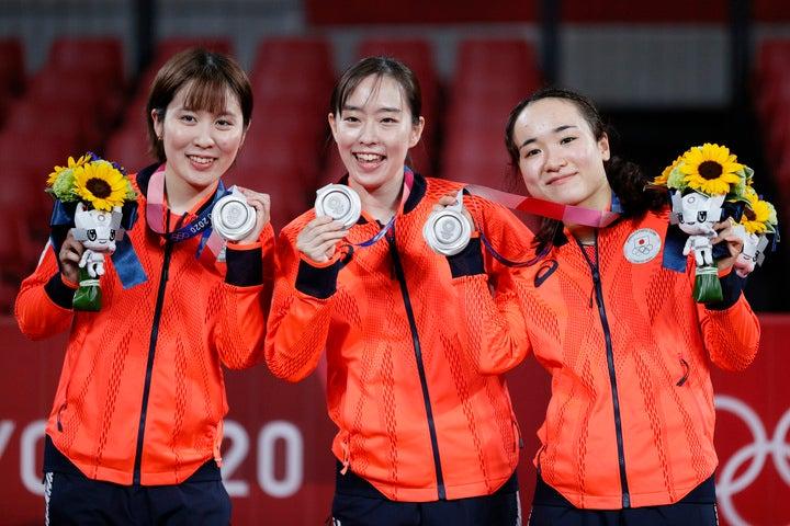表彰式では笑顔を見せた3人。ただ、その後のインタビューでは堪えきれず涙する場面も。(C)Getty Images