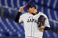 投手陣を全試合で支えた栗林。その投球の源泉は、社会人野球にあった。(C)Getty Images
