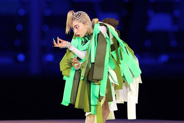 樹木をイメージした衣装で追悼ダンスを披露するヤマダさん。(C)Getty Images